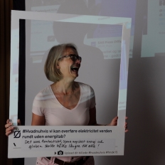 "One of the dialogue tools we developed for Øresundskomiteen: an oversize ""polaroid"" frame on which visitors and presenters can state opinions and concerns and have a photo taken in the small studio. Photos were uploaded to Twitter #hvadnuhvis"
